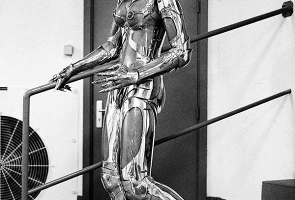 織入科幻情節的時尚衣裝 THIERRY MUGLER